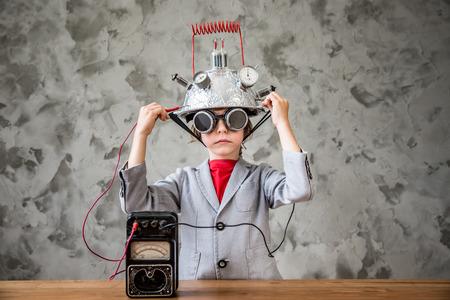 장난감 가상 현실 헤드셋으로 키즈. 집에서 놀고있는 아이. 상상력, 창조 및 혁신 기술 컨셉
