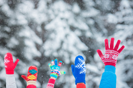 snow forest: Happy family playing outdoors. People having fun in winter park