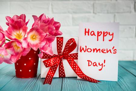 gente saludando: Ramo de tulipanes en la mesa de madera. Día de la Mujer. 8 de marzo. fiesta de la primavera y el concepto de rehabilitación de viviendas Foto de archivo