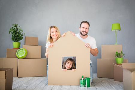 Gelukkige familie spelen in nieuw huis.