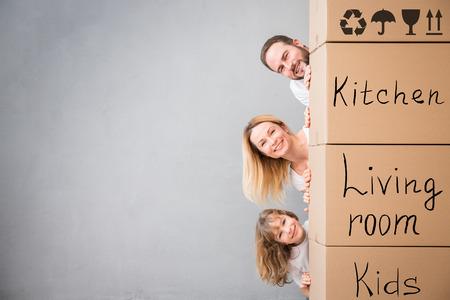 Glückliche Familie in neues Haus zu spielen. Standard-Bild