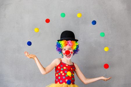 재미 있은 꼬마 광대. 집에서 놀고있는 아이. 4 월 1 일 바보의 날 개념 스톡 콘텐츠