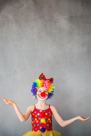 Funny kid clown. Spelen van het kind thuis. 1 april Fool's Day concept