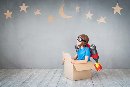 Kid met jet pack. Spelen van het kind thuis. Succes, verbeelding en innovatie technologisch concept