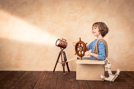 Niño pretende ser marinero. Cabrito que se divierten en el hogar. vacaciones de verano y el concepto de viaje Foto de archivo - 74972306
