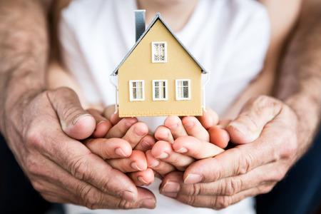 Holding van de familie huis in handen. Moving en het voorjaar renovatieconcept