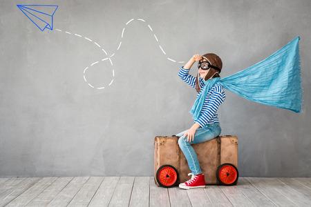 旅遊: 孩子假裝是飛行員。有樂趣的孩子在家裡。暑假和旅遊概念