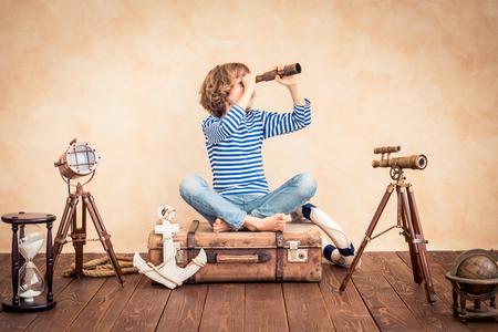 Child doen alsof ze zeiler zijn. Kid plezier thuis. Zomer vakantie en reizen concept Stockfoto