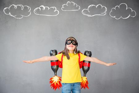 ジェット パックでの子供します。子は、自宅で再生します。成功、想像力と革新の技術コンセプト