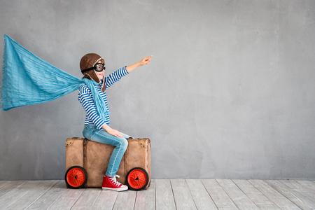 Il bambino si finge di essere pilota divertente a casa. Vacanza estiva e concetto di viaggio Archivio Fotografico