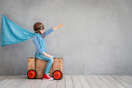Niño pretende ser piloto Niño divirtiéndose en casa. Concepto de vacaciones y viajes de verano Foto de archivo - 75427872