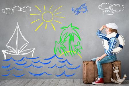 Niño pretende ser marinero. Cabrito que se divierten en el hogar. vacaciones de verano y el concepto de viaje Foto de archivo - 75375494