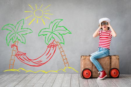Niño pretende ser marinero. Cabrito que se divierten en el hogar. vacaciones de verano y el concepto de viaje Foto de archivo - 75445465
