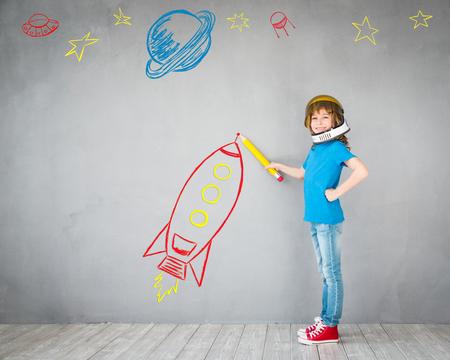 Kid avec jet pack. Enfant jouant à la maison. Le succès, l'imagination et le concept de la technologie de l'innovation Banque d'images - 75802873