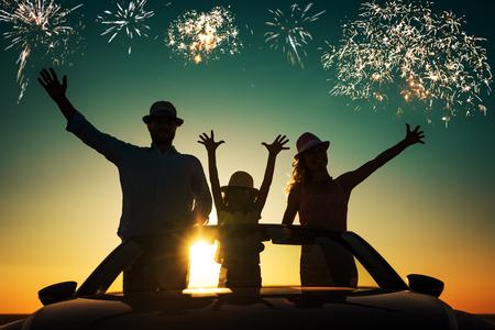 Silhouet van de gelukkige familie op het strand tegen zonsondergang hemel en zee achtergrond. Mensen die reizen met de auto. Zomer vakantie en reizen concept Stockfoto - 77689873