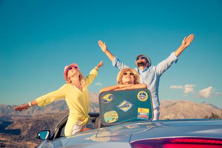 voyage: Bon voyage en famille en voiture. Les gens s'amusent dans les montagnes. Père, mère et enfant en vacances d'été. Banque d'images