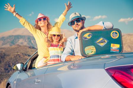 자동차로 행복한 가족 여행. 사람들은 산에서 재미입니다. 아버지, 어머니, 자식 여름 휴가입니다.