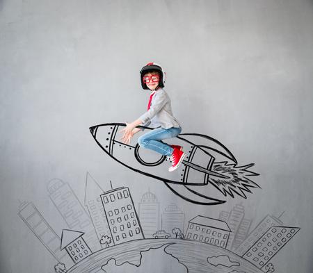 Portrait des jungen Kindes täuschen vor, Geschäftsmann zu sein. Kind zu Hause spielen. Erfolg, Idee und kreatives Konzept. Kopieren Sie Platz für Ihren Text