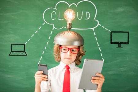 Porträt des Kindes im Klassenzimmer . Kind mit Spielzeug Virtual Reality Headset in der Klasse . Idee Idee und Innovation Technologiekonzept . Zurück zur Schule