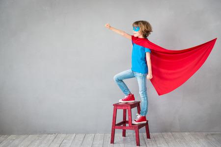 子供のスーパー ヒーローのふりをします。スーパー ヒーローの子供。成功・創造・想像力の概念 写真素材