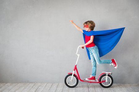 子供のスーパー ヒーローのふりをします。スーパー ヒーローの子供。成功・創造・想像力の概念 写真素材 - 84202593