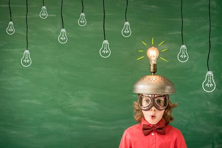Ritratto di bambino in aula. Kid con l'auricolare virtuale virtuale del giocattolo in classe. Concetto di successo, idea e tecnologia innovazione. Di nuovo a scuola Archivio Fotografico - 84399145