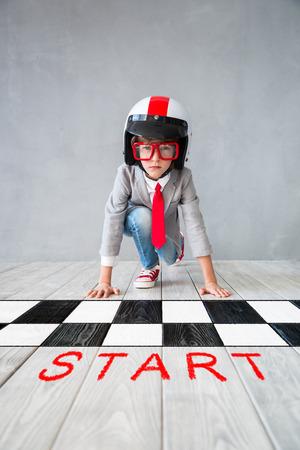 Porträt des Kleinkindes täuschen vor, Geschäftsmann zu sein. Kind, das zu Hause spielt. Fantasie, Idee und kreatives Konzept. Platz für Ihren Text kopieren