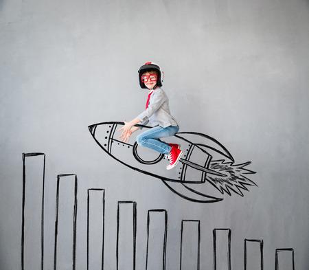 Ritratto di giovane bambino finge di essere uomo d'affari. Bambino che gioca a casa. Immaginazione, idea e concetto creativo. Copia lo spazio per il testo Archivio Fotografico - 84351178
