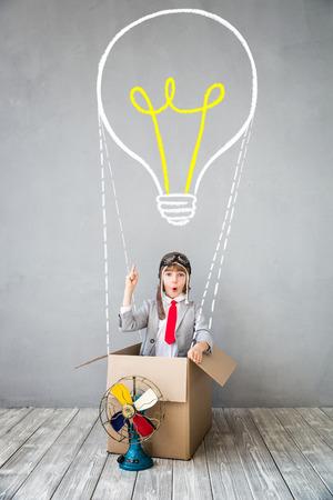 Il bambino si finge di essere uomo d'affari. Bambino che gioca a casa. Immaginazione, idea e concetto creativo. Copia lo spazio per il testo Archivio Fotografico - 84790575