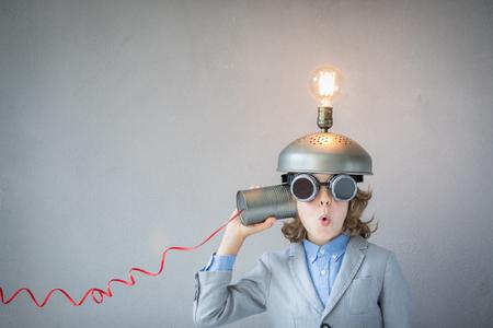 Porträt des Kindes im Klassenzimmer. Kid mit Spielzeug Virtual Reality Headset in der Klasse. Erfolg, Idee und Innovationstechnologie Konzept. Zurück zur Schule Standard-Bild