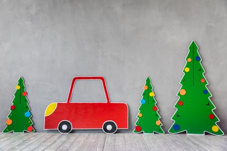 Voiture en carton et arbre de Noël. Concept de vacances de Noël