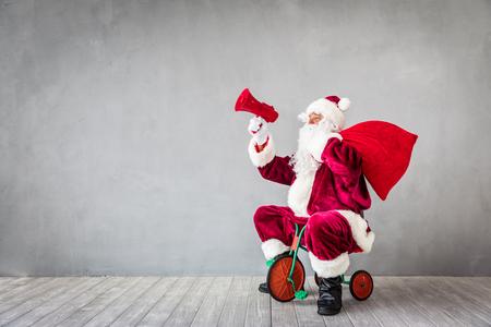 Święty Mikołaj jazdy samochodem. Koncepcja święta Bożego Narodzenia Xmas