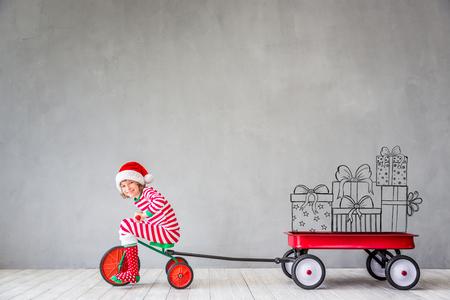 クリスマス時期の幸せな子。面白い子供のホームで演奏します。クリスマス冬休日コンセプト