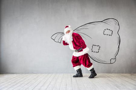 サンタ クロースの袋を保持しています。クリスマス休暇の概念