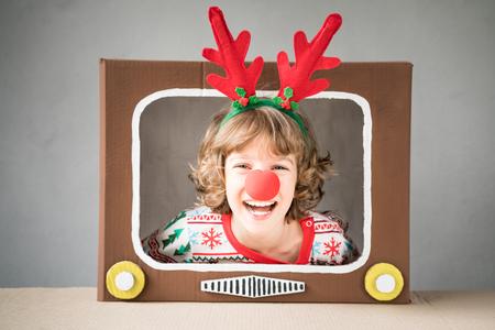 幸せな子供は、自宅で再生します。クリスマス ・ イヴにおかしいキッド。クリスマス冬休日コンセプト 写真素材 - 89220716