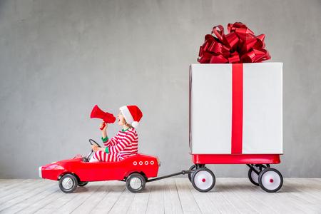 Enfant heureux avec un cadeau de Noël. Kid s'amuser à la maison. Concept de vacances de Noël Banque d'images - 88766908