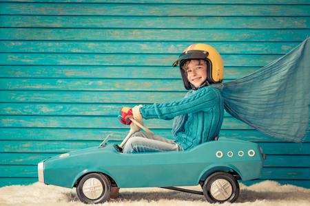 Criança feliz brincando em casa. Criança engraçada na véspera de Natal. Conceito de férias de inverno de Natal Foto de archivo