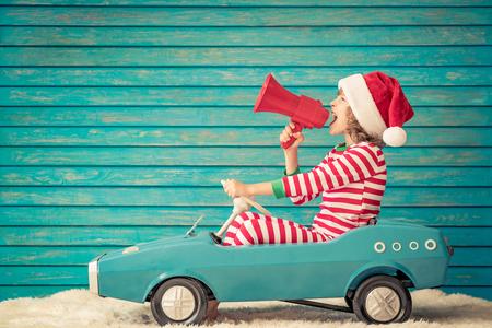 Niño feliz jugando en casa. Chico divertido en Nochebuena. Concepto de vacaciones de invierno de Navidad Foto de archivo - 89417385