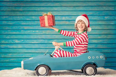 幸せな子供は、自宅で再生します。クリスマス ・ イヴにおかしいキッド。クリスマス冬休日コンセプト