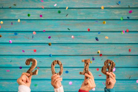 Feliz año nuevo 2018! Confeti cayendo sobre fondo de madera Foto de archivo - 90592494