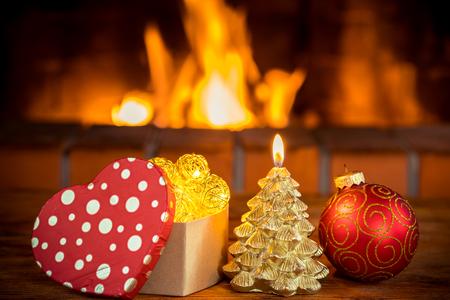 Kerstboomdecoratie dichtbij open haard. Wintervakantie Xmas en Nieuwjaar concept Stockfoto
