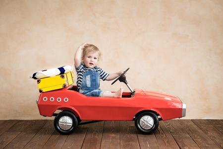 Dziecko bawiące się w domu. Letnie wakacje i koncepcja podróży