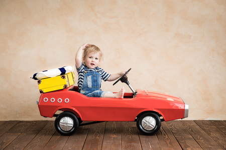 Kind spelen thuis. Zomervakantie en reizen concept
