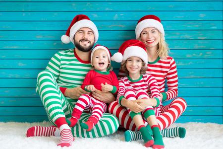 クリスマスの時間に楽しんで幸せな家族。父、母、子供たち。クリスマスホリデーコンセプト 写真素材 - 109799227