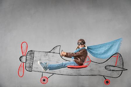 Heureux enfant pilote voyage en avion imaginaire. Concept de réussite, de création et d'idée Banque d'images