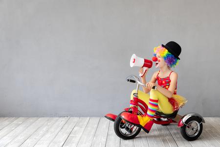 Klaun śmieszne dziecko. Szczęśliwe dziecko bawiące się w domu. 1 Koncepcja primaaprilisowa