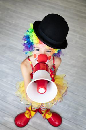 Payaso niño divertido. Niño feliz jugando en casa. Concepto del día de los inocentes del 1 de abril Foto de archivo