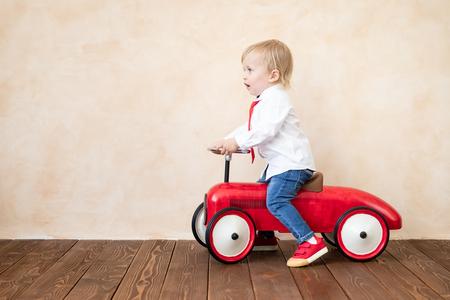 Szczęśliwe dziecko udaje biznesmenów. Zabawne dziecko grając w domu. Koncepcja edukacji, uruchamiania i pomysłu na biznes
