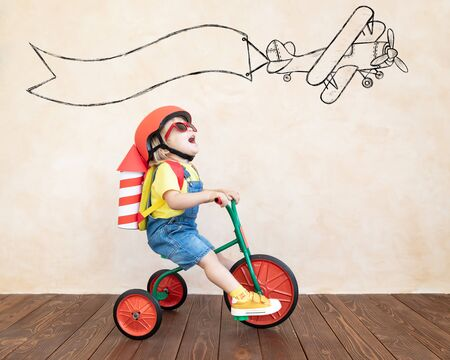Dziecko z rakietą papieru zabawki. Dziecko bawiące się w domu. Koncepcja technologii sukcesu, wyobraźni i innowacji
