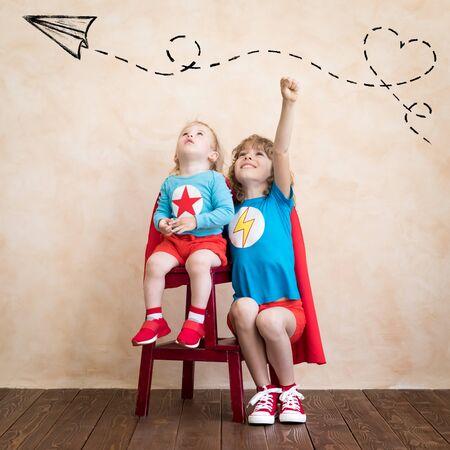Enfants de super-héros jouant à la maison.